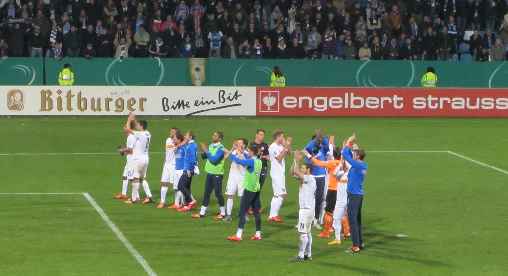 Nach dem verdienten Sieg gegen Kaiserslautern feierte die Mannschaft mit den Fans das Erreichen des Achtelfinales.