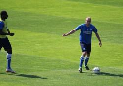Spielte eine bärenstarke Hinrunde: Felix Bastians (hier während des Trainings im Zweikampf mit Peniel Mlapa).